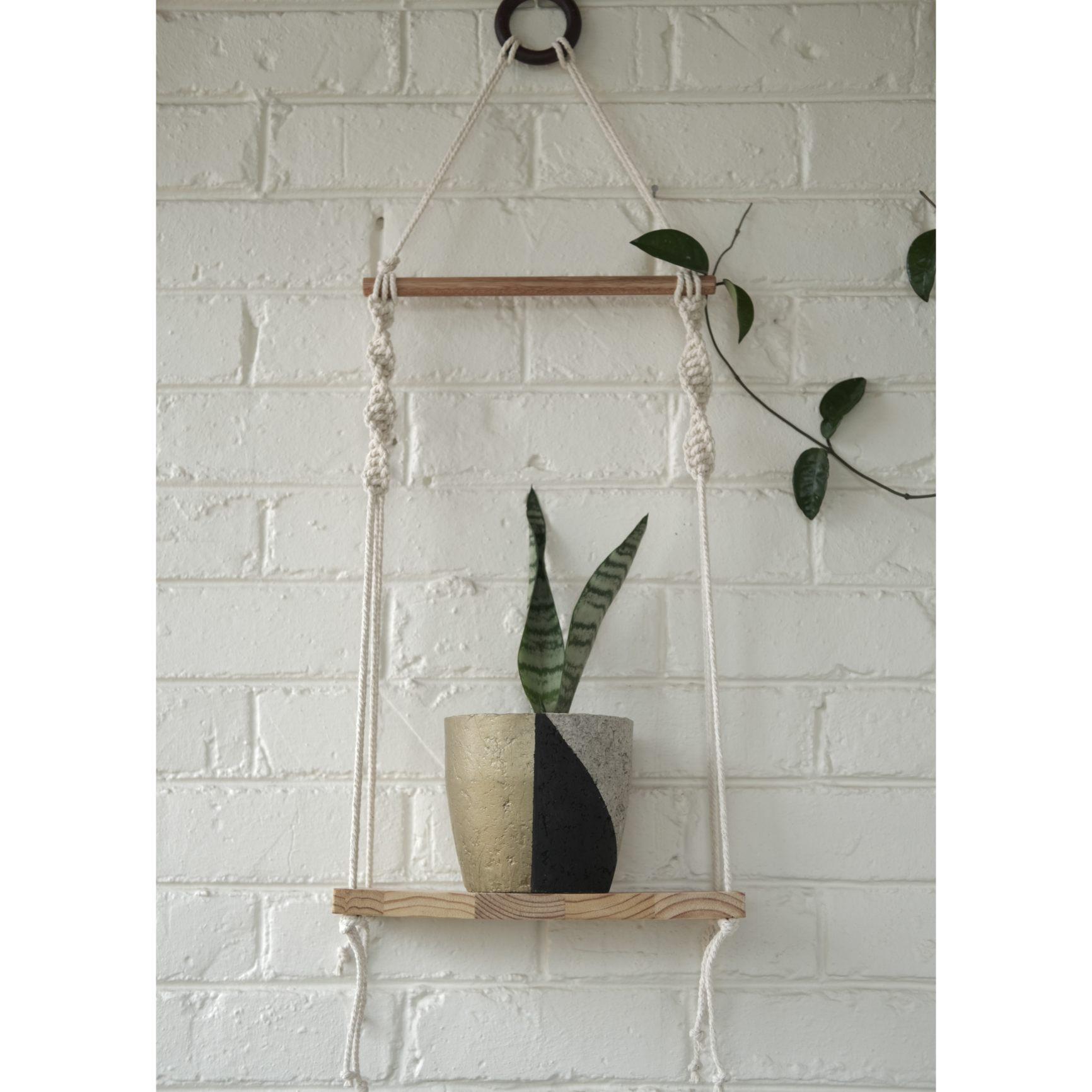 Classic macramé shelf with black/gold plant pot